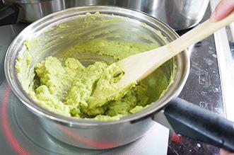 アボカドは火にかけながら潰すと色が変わりにくくなります。(冷凍保存も出来ます)ヨーグルトと塩胡椒で味付けをします。
