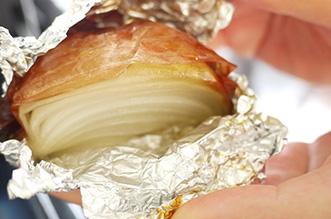 玉ねぎは四つ切りにして、アルミホイルでくるみオープンで30分ぐらい焼きます。