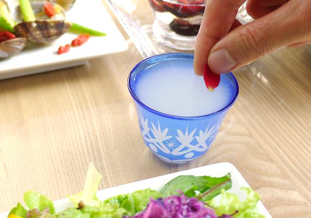 日本酒に食用花を添えて華やかに。